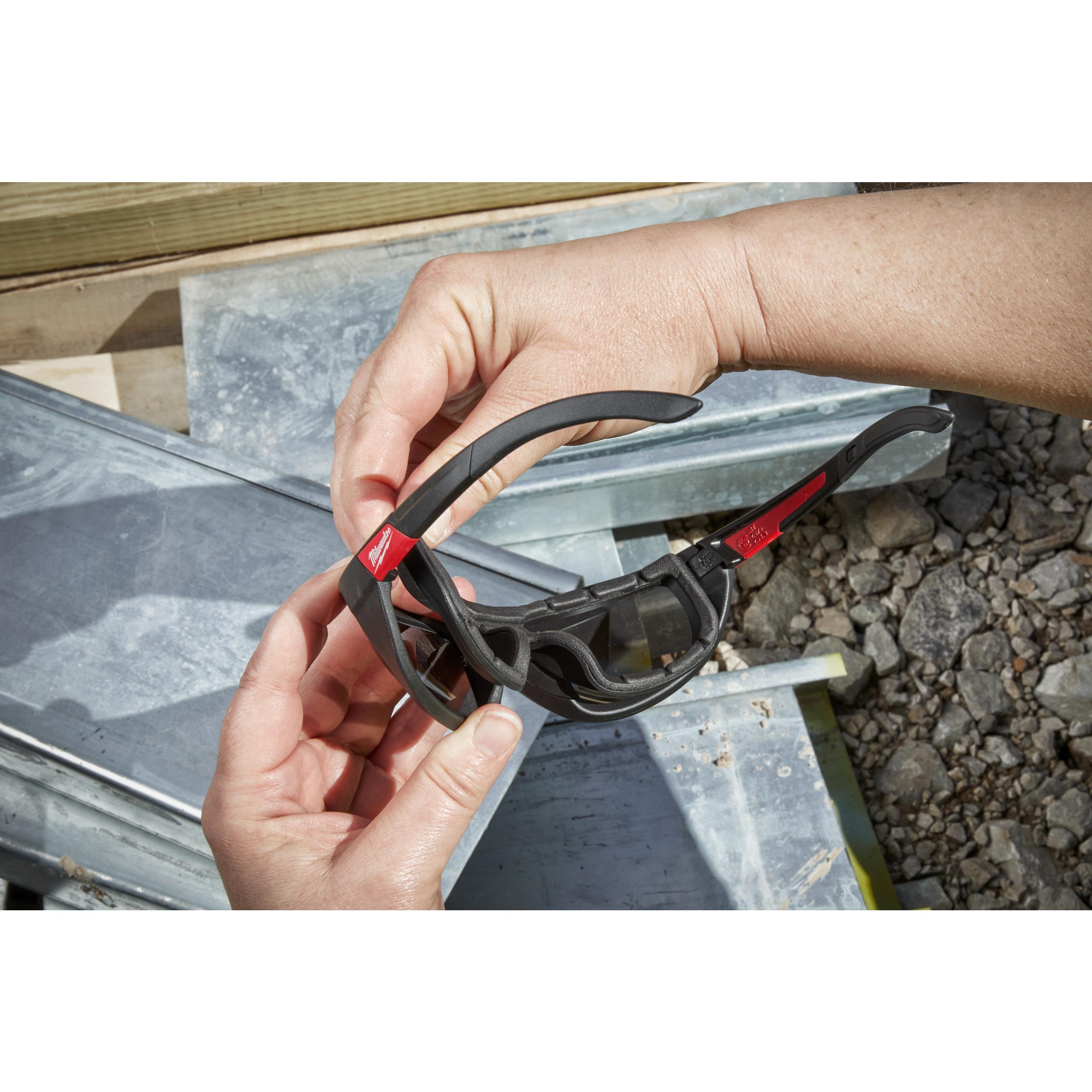 Vysoko výkonnostní ochranné brýle zatmavené s těsnící vložkou - 1ks