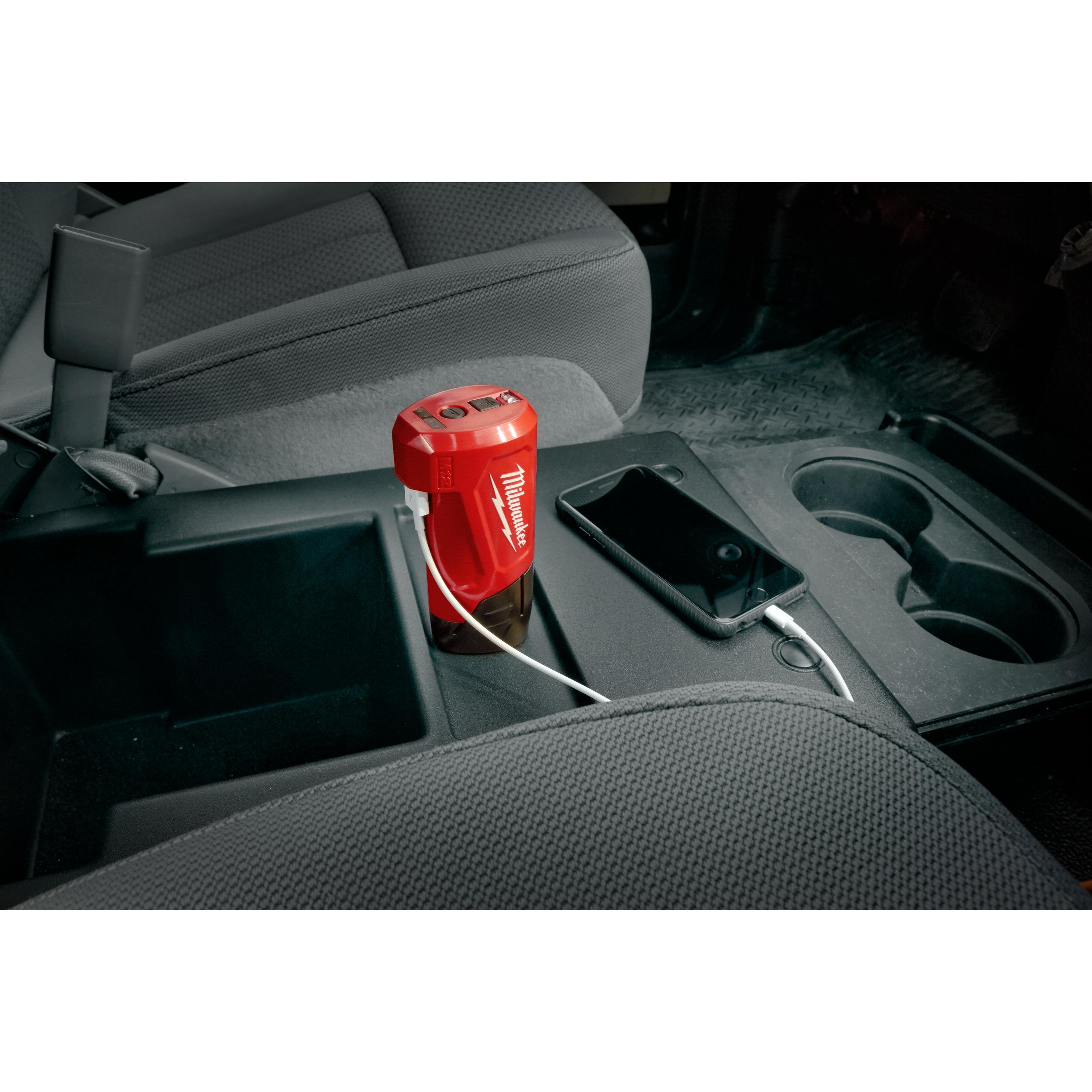 M12™ kompaktní cestovní nabíječka a zdroj